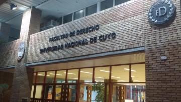 Derecho inauguró su nueva fachada junto a sus docentes