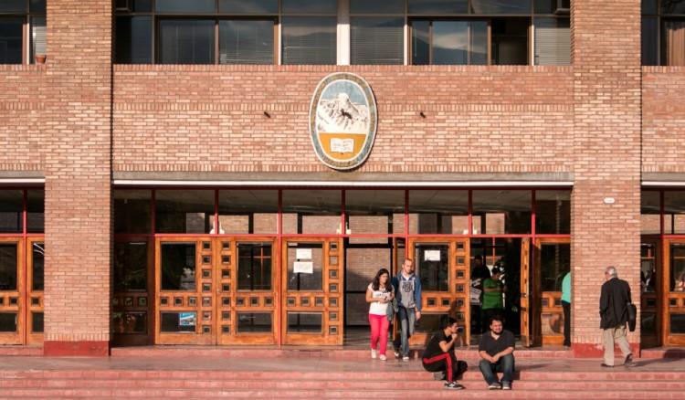 IMPORTANTE: Se suspenden las actividades académicas de Grado mientras que las actividades programadas de Posgrado y Extensión continuarán con normalidad
